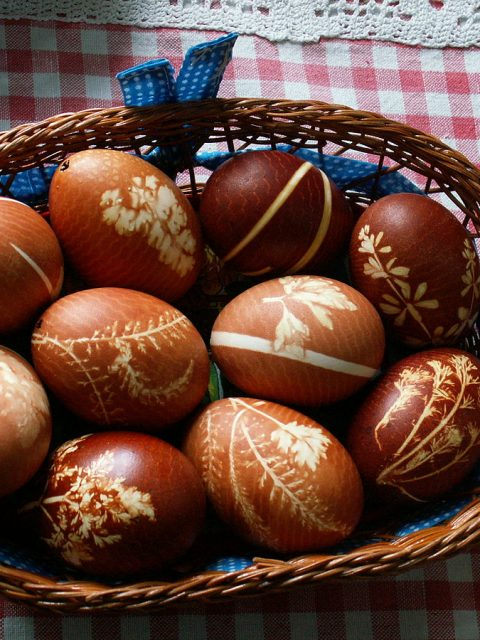 1200px-Easter_eggs_-_onion_decoration
